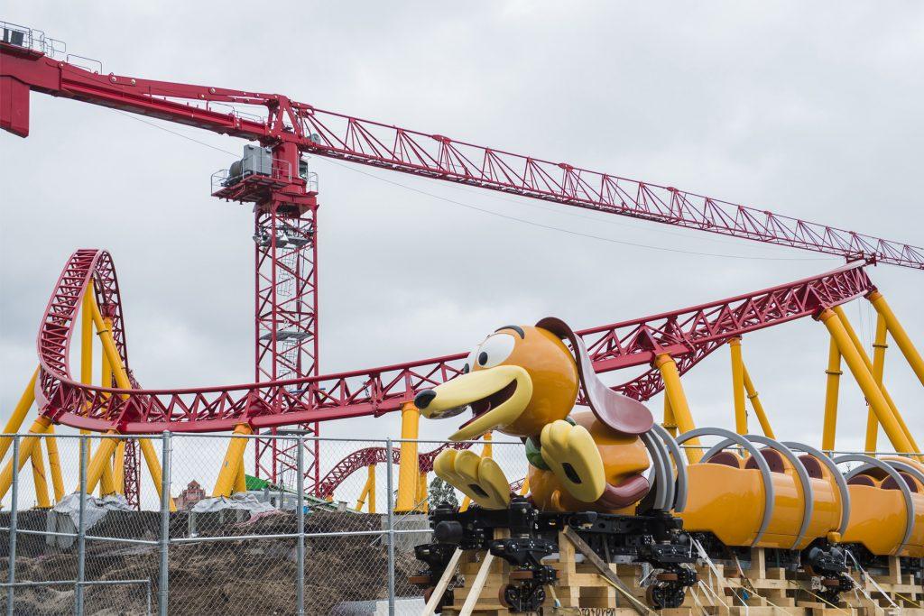 No novo Toy Story Land, que estreia no verão norte-americano de 2018, a Slinky Dog Dash é uma montanha russa nada radical, perfeita para a criançada