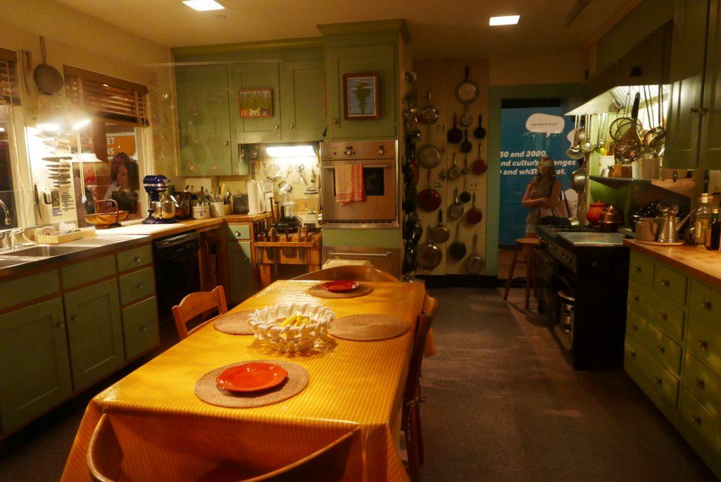 O cenário do programa de Julia Child, famosa autora de livros de culinária e apresentadora de TV, mantém-se preservado dentro de uma caixa de vidro, no Museu Nacional da História Americana