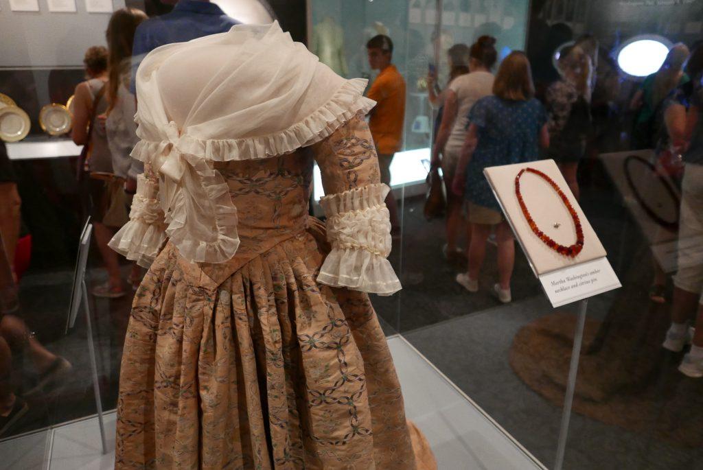 No mesmo museu, é possível admirar uma coleção de vestidos de todas as primeiras damas norte-americanas, como este, que pertenceu à Martha Washington, mulher de George Washington, primeiro presidente dos Estados Unidos