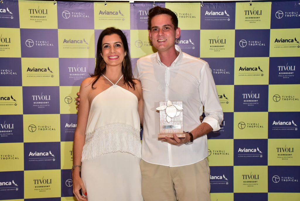 Felipe Cuadrado, da Abreutur, com Daniella Azevedo, supervisora de vendas
