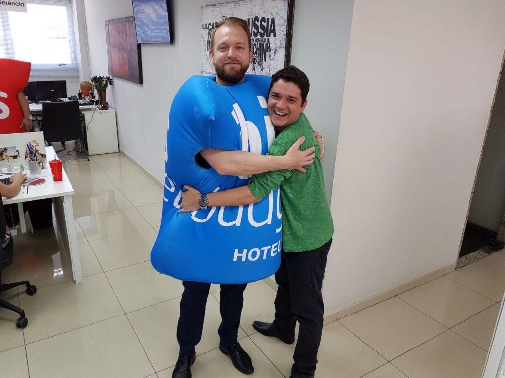 Cassio Amadigi, do comercial AccorHotels durante visita à Flytour: boas parcerias começam com um abraço caloroso
