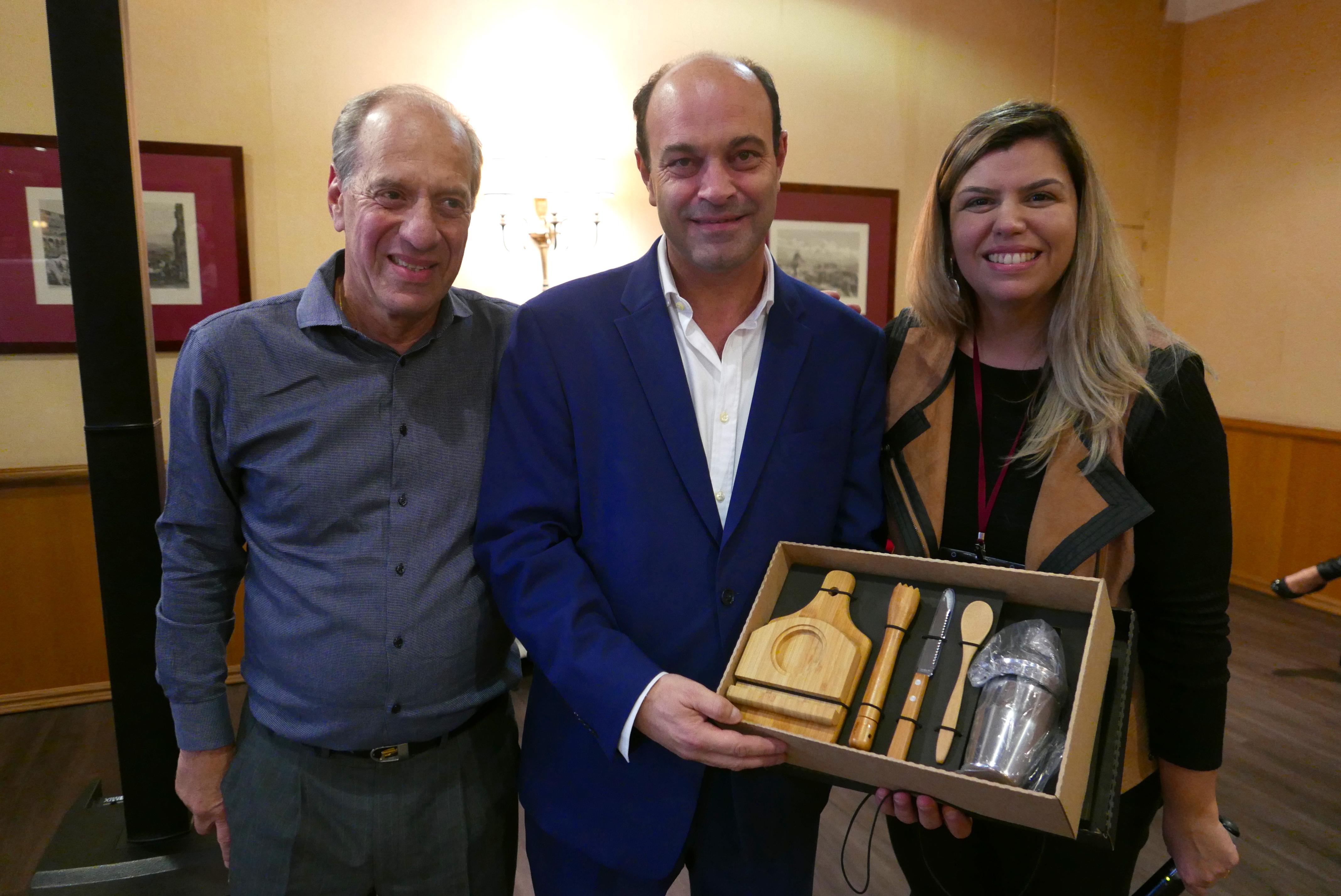 Arnaldo Franken e Mariana Azevedo, da MMTGapnet, entregam a Pedro Ribeiro, diretor do Dom Pedro Hotels & Golf Collection um presente de agradecimento pela hospitalidade