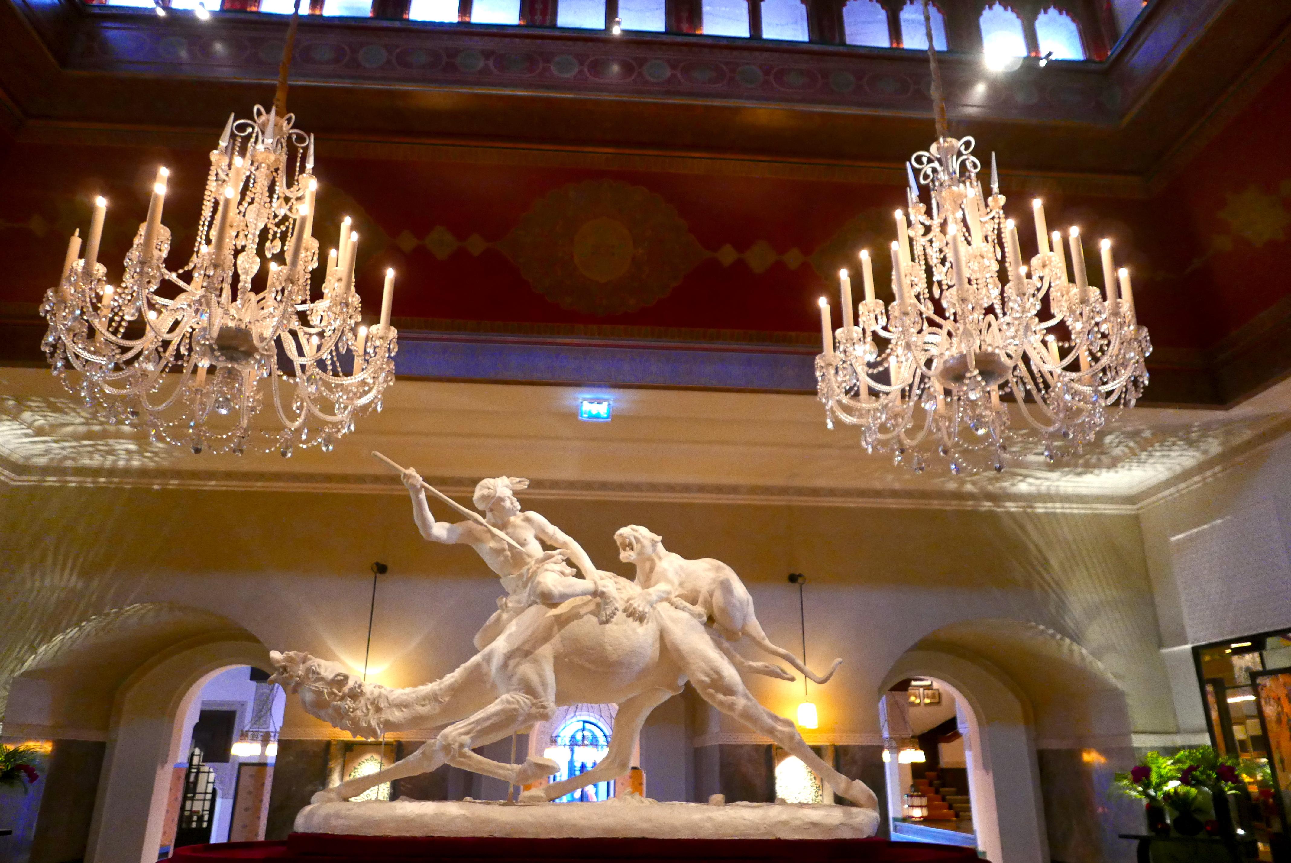 Escultura no lobby do hotel