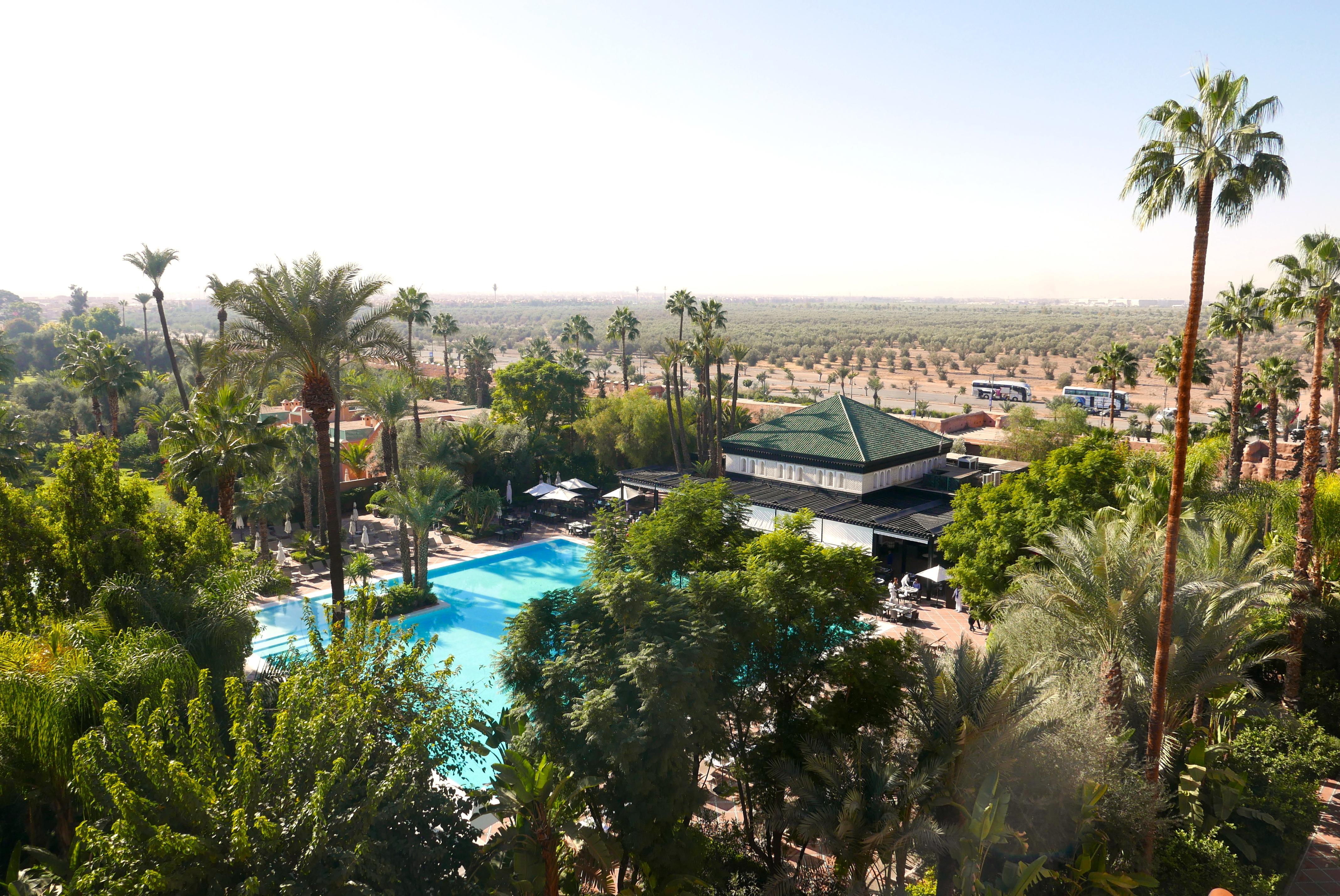 Piscina do La Mamounia vista da varanda de um dos quartos e os jardins do hotel