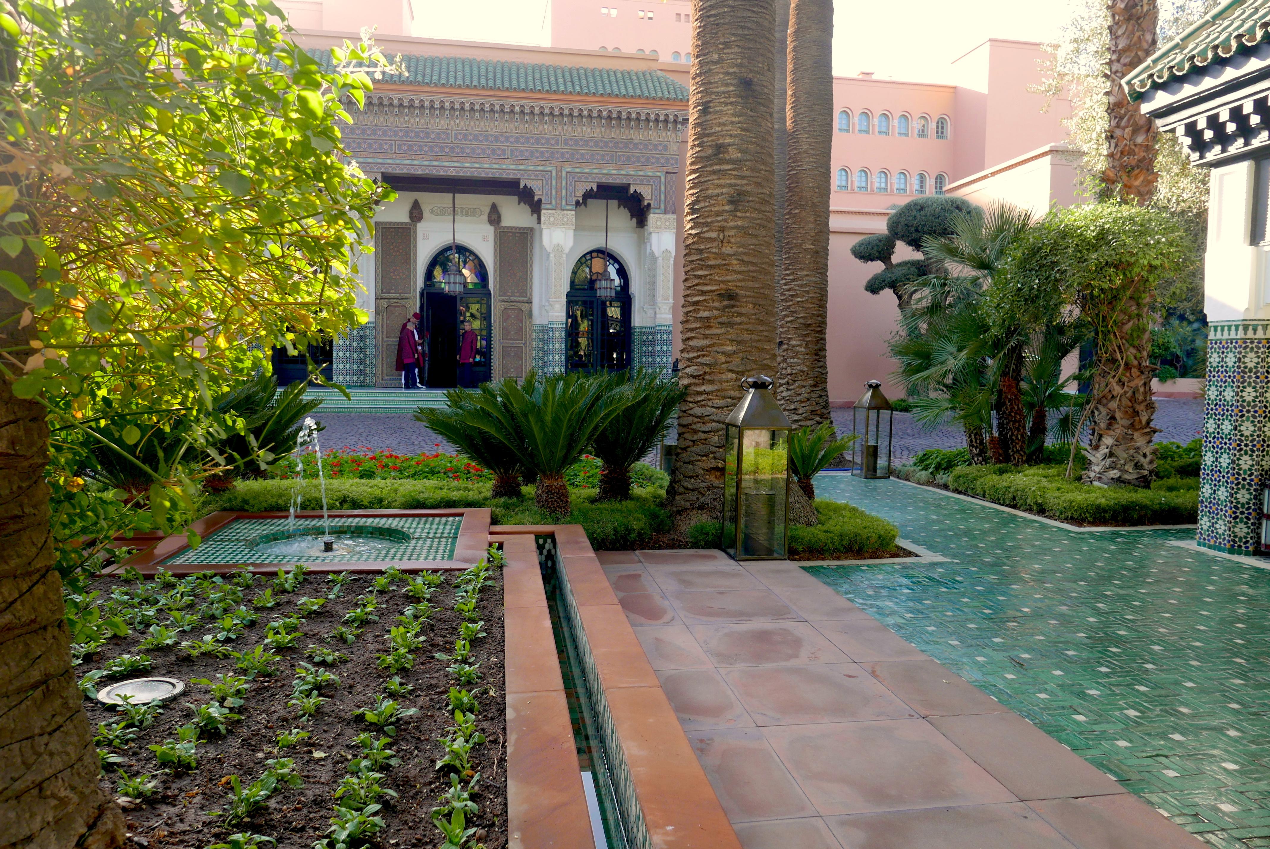 Entrada do La Mamounia; palmeiras, oliveiras, ciprestes e buganvilas circundam todo o hotel (Fotos: Claudia Tonaco)