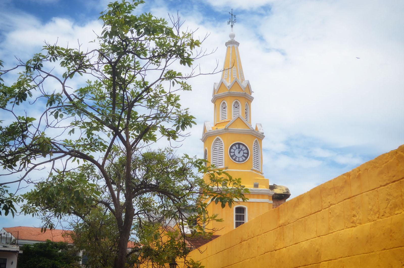 A famosa Torre do Relógio situada na Plaza de Los Coches construída sobre a muralha.