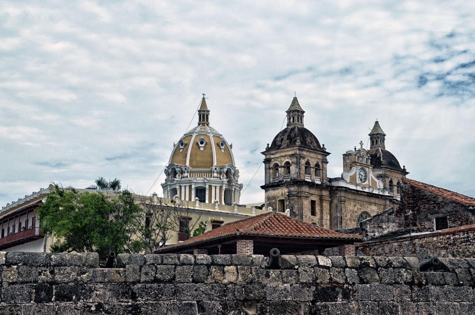 Na mira de um canhão logo a frente das muralhas do centro antigo, a esquerda o edifício que abriga hoje o Museu Naval e ao fundo a belíssima Catedral de San Pedro.