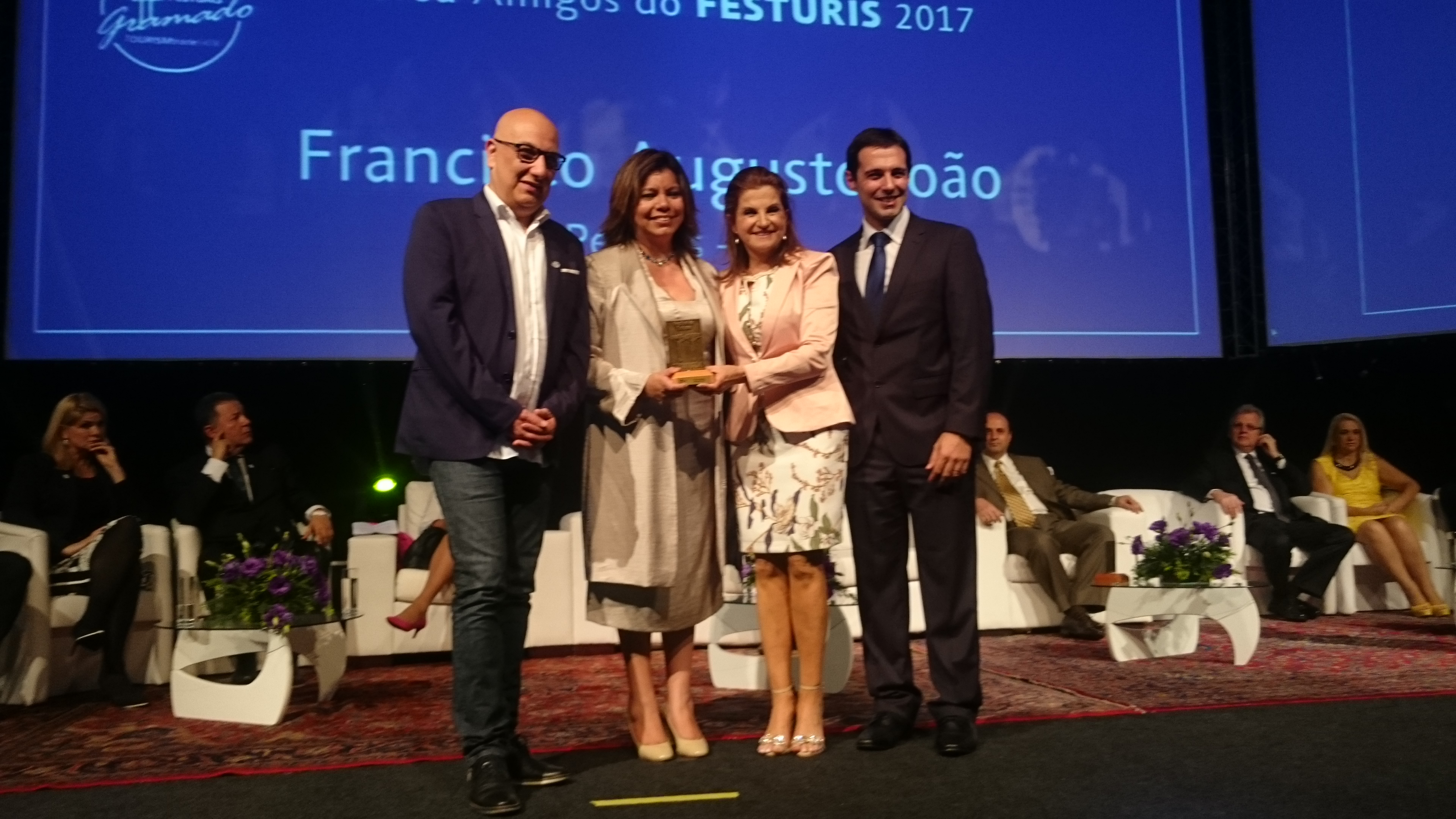 Diana Pomar, diretora do CPTM/Brasil - Conselho de Promoção Turística do México, recebe o Troféu Amigo