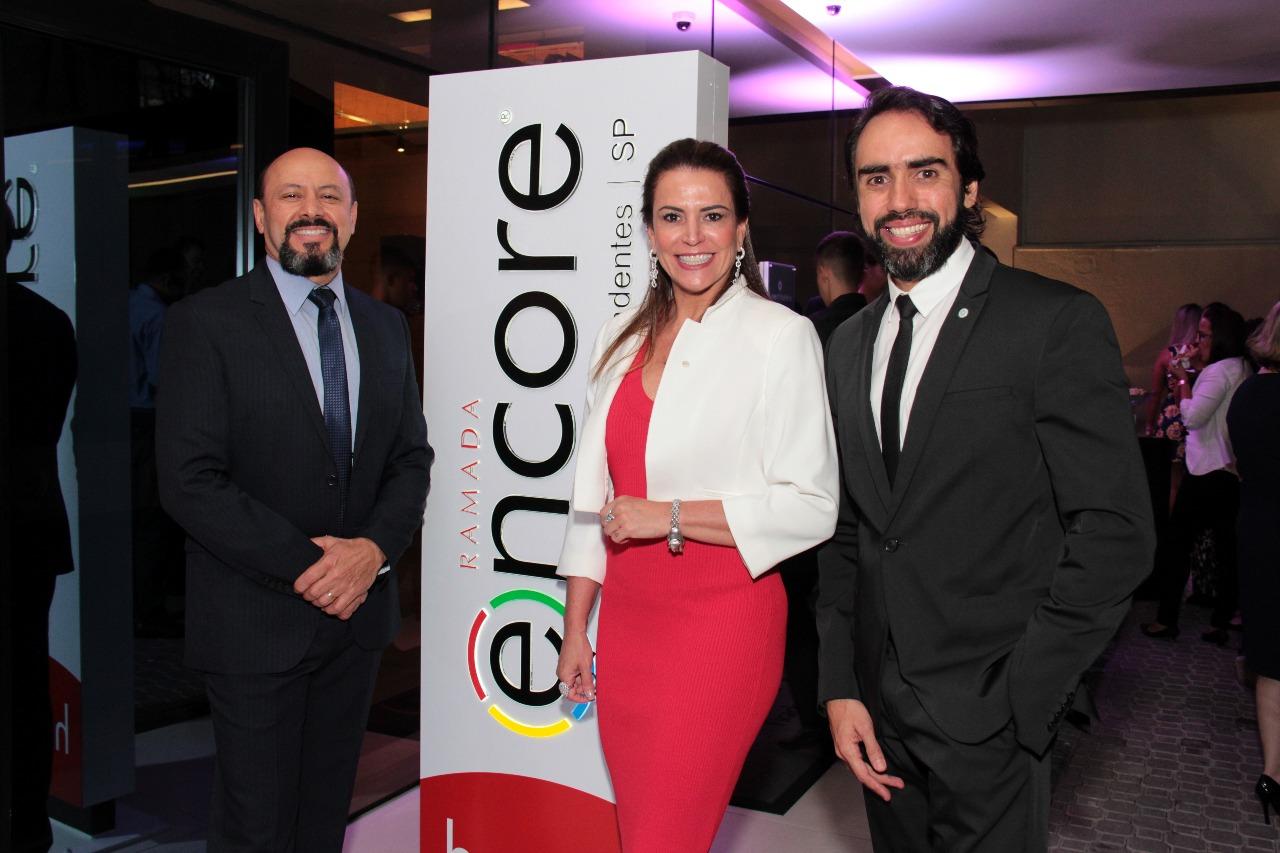 Acácio Pinto, Érica Drumond e Bruno Guimarães, recebendo os convidados e parceiros