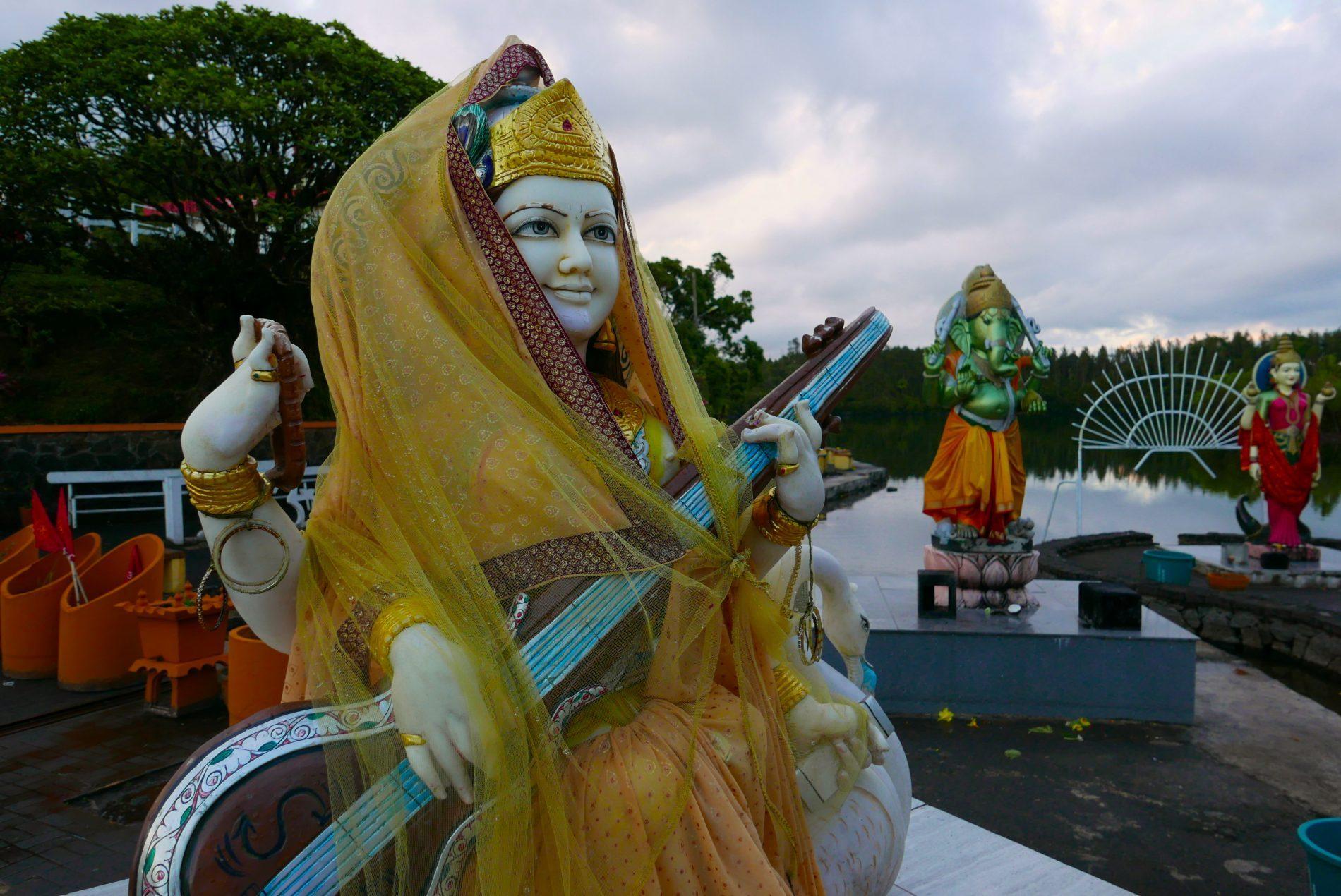 Grand Bassin é o lago sagrado dos hindus localizado dentro da cratera de um vulcão, onde há um templo dedicado a Shiva