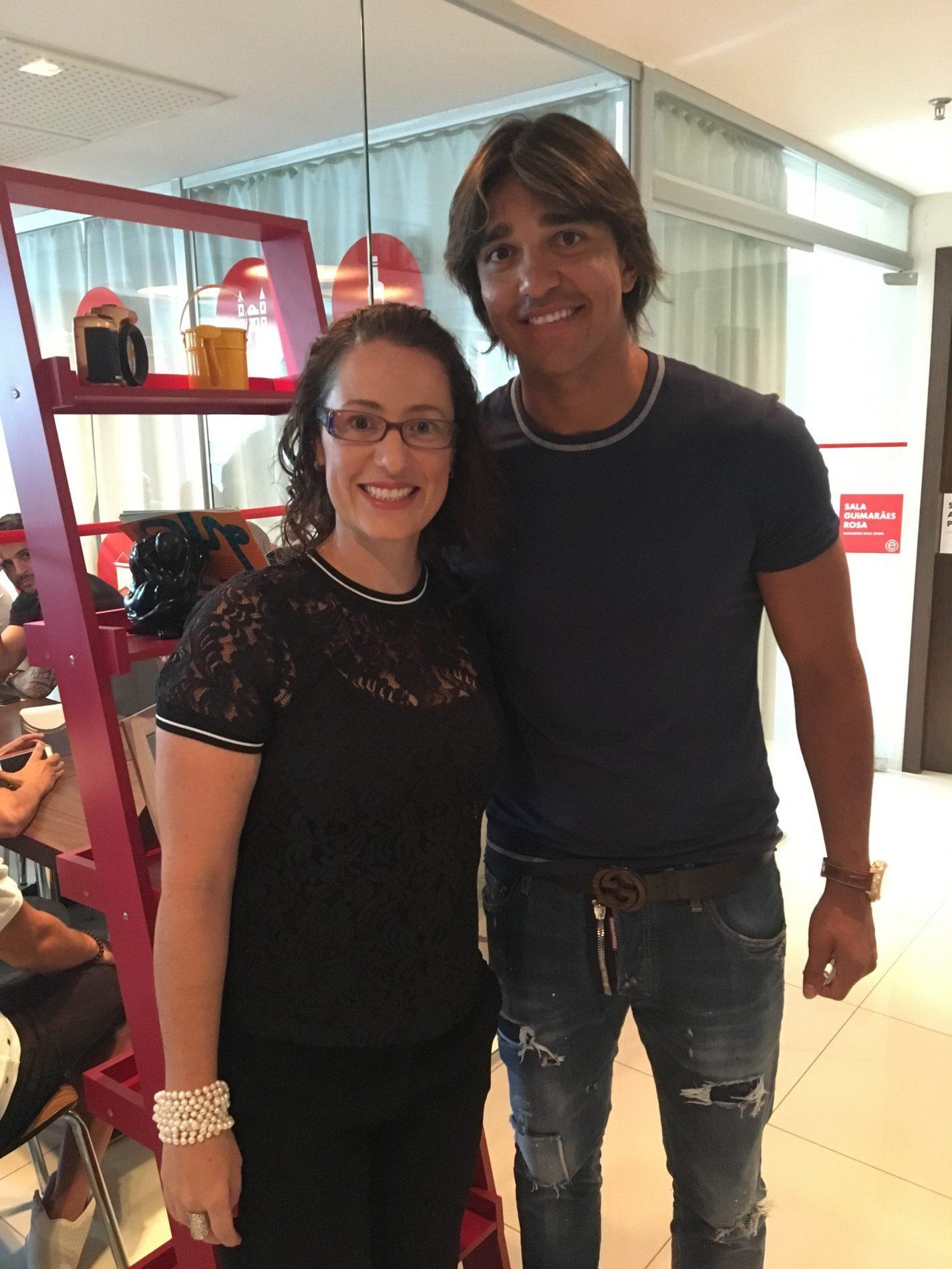 Camila Gischewski, gerente geral do Ramada Encore Minascasa, com o jogador Marcelo Moreno