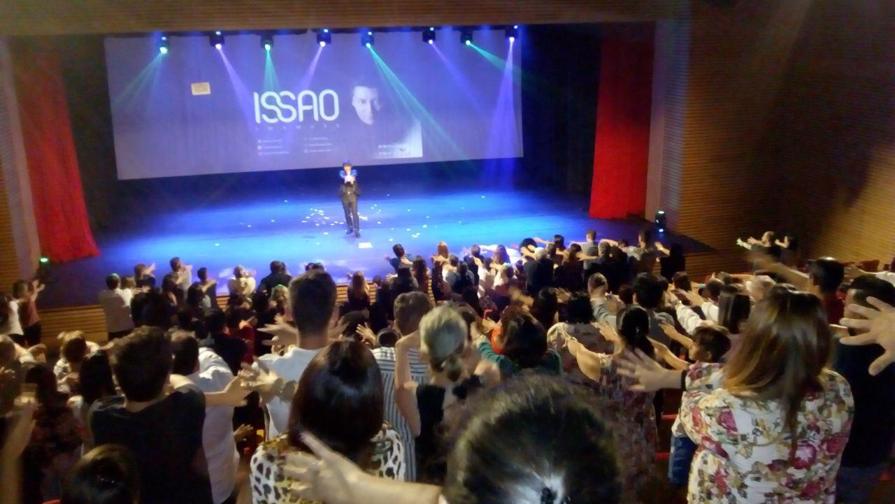 O mágica Issao Imamura sobe ao palco, sob os aplausos dos + de 300 agentes de viagem convidados
