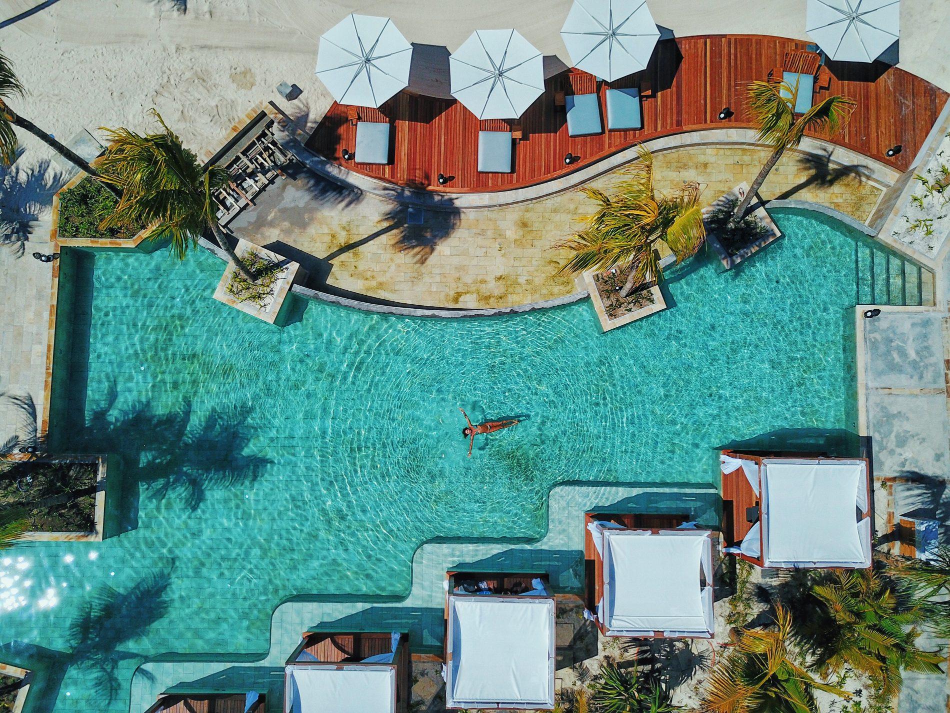 Visto do alto, o novo projeto harmônico da piscina do One & Only Le Saint Géran (Fotos: Divulgação)