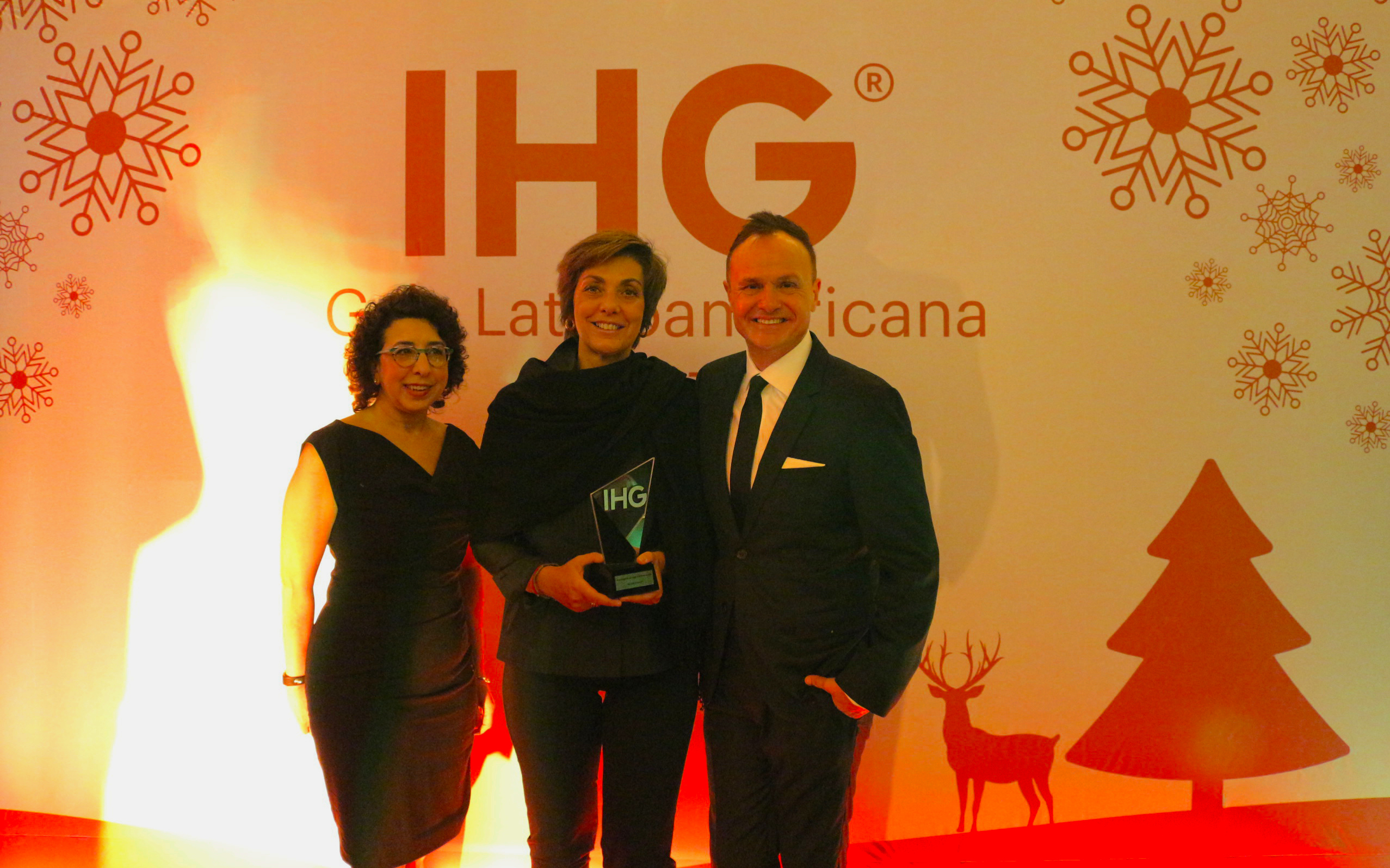 Gayle Weiss, Diretora de Comunicações do InterContinental Hotels Group; Claudia Tonaco, da TRAVEL3, e Gerardo Murray, Vice-presidente Regional de Marcas e Marketing para México, América Latina e Caribe do IHG