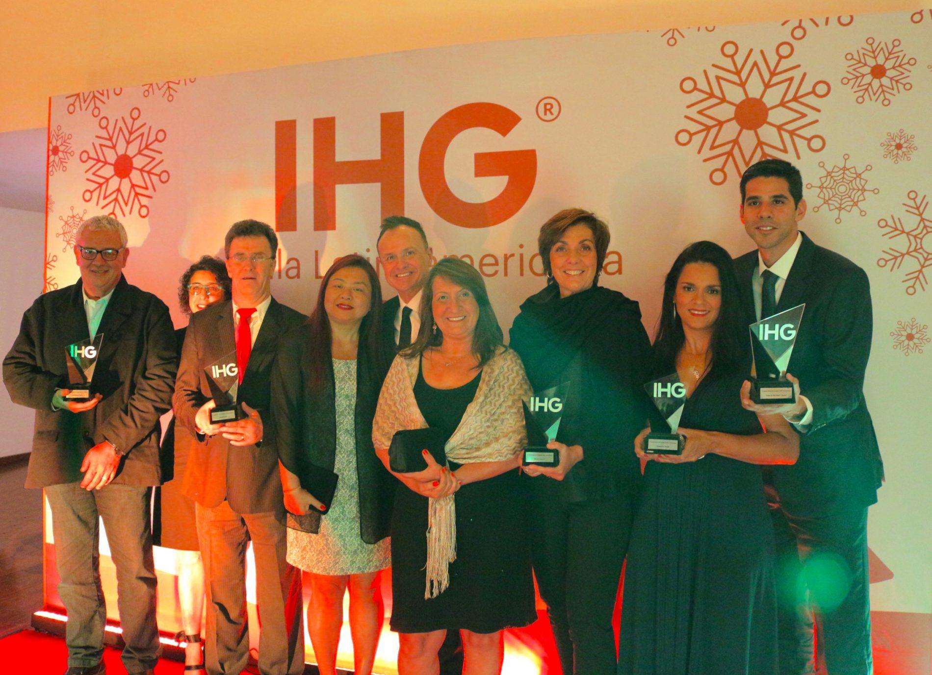 Os representantes dos veículos de mídia do Brasil, ao lado de Gerardo Murray e de Lucia Furlan, responsável no Brasil pela assessoria do Grupo IHG