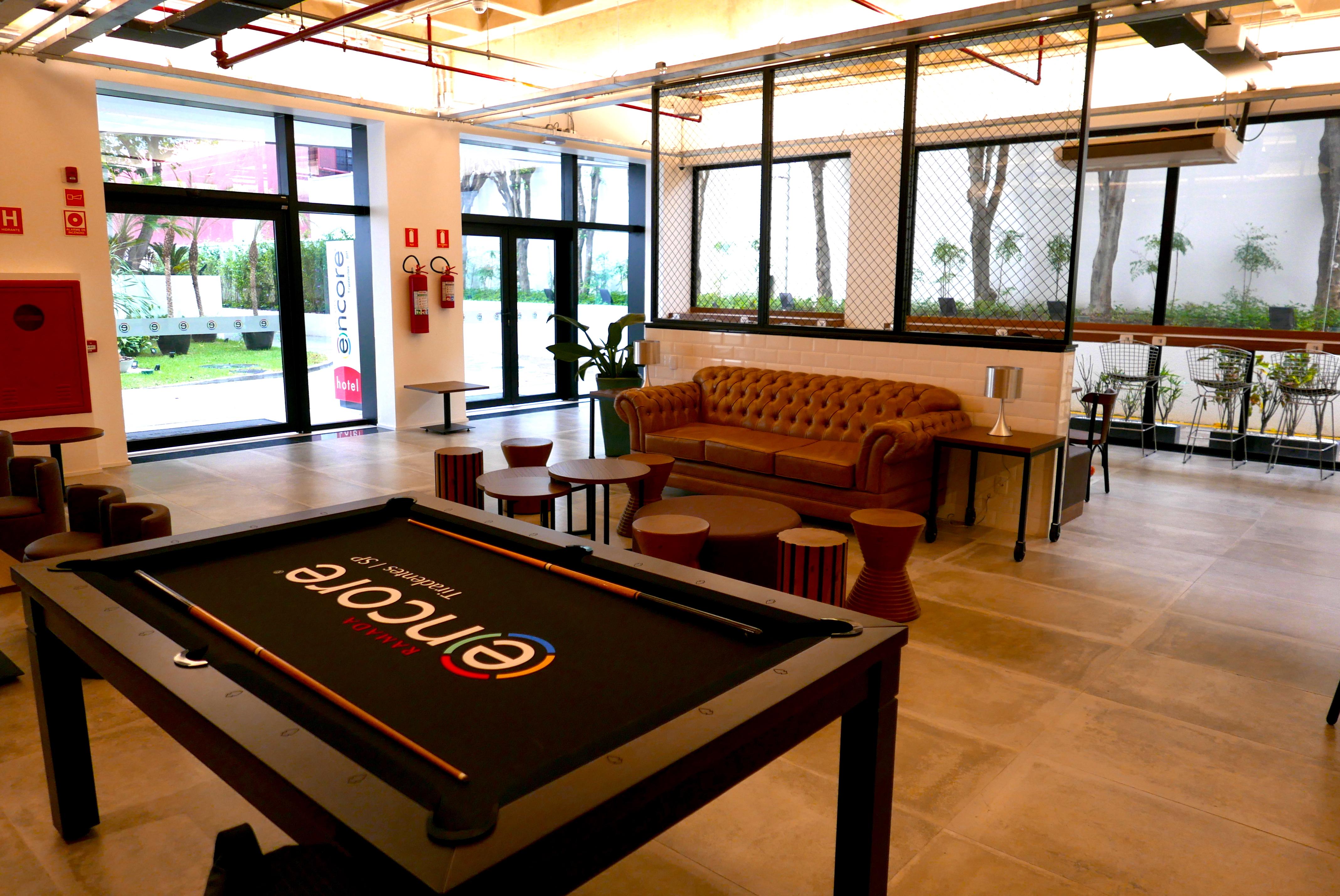 O hóspede pode escolher entre jogar sinuca, trabalhar, ou relaxar no sofá curtindo a música e o ambiente