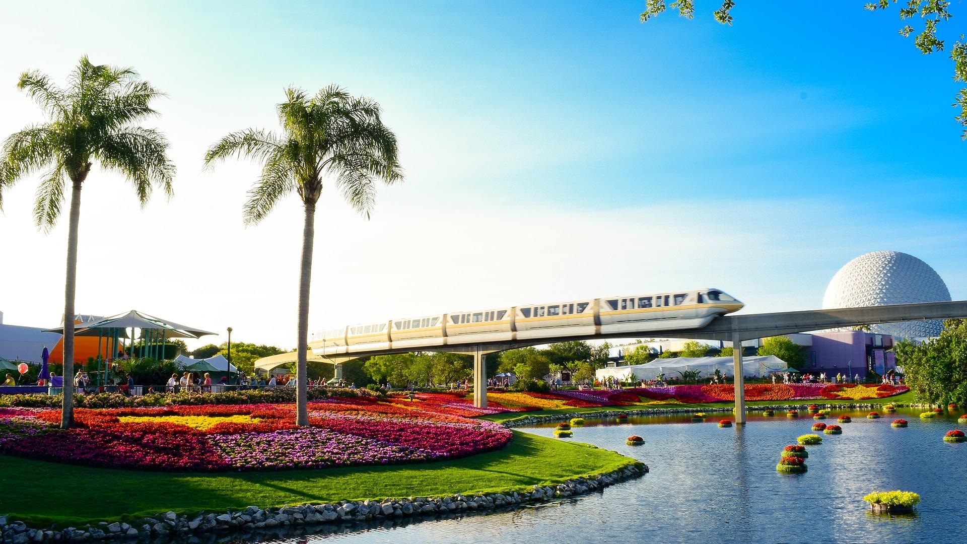 Monorail corta a paisagem de Walt Disney World Resort, em Orlando