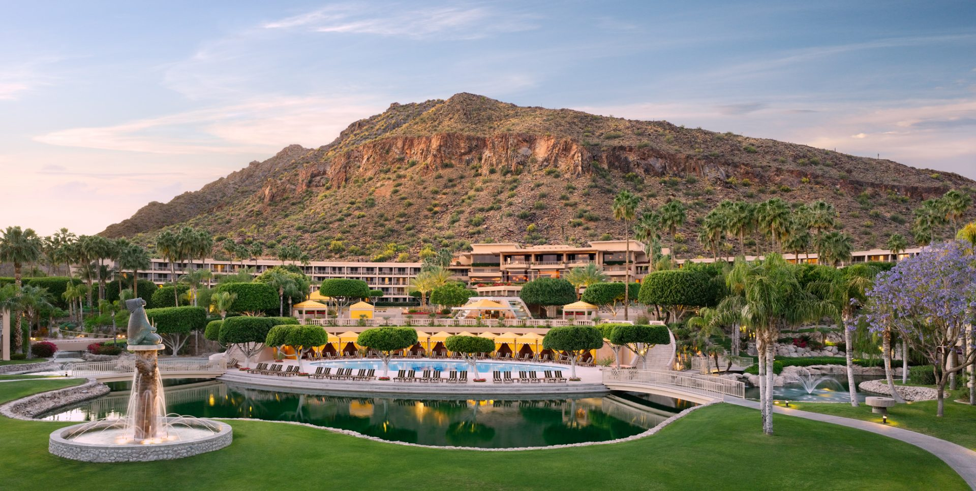 Entrada do The Phoenician, com resort e a Camelback Mountain ao fundo