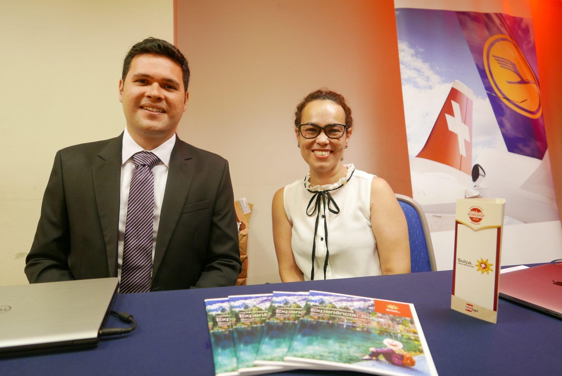 Fernando Aquino e Fernanda Maldonado, mostrando o que a Suíça tem, aos agentes de viagem