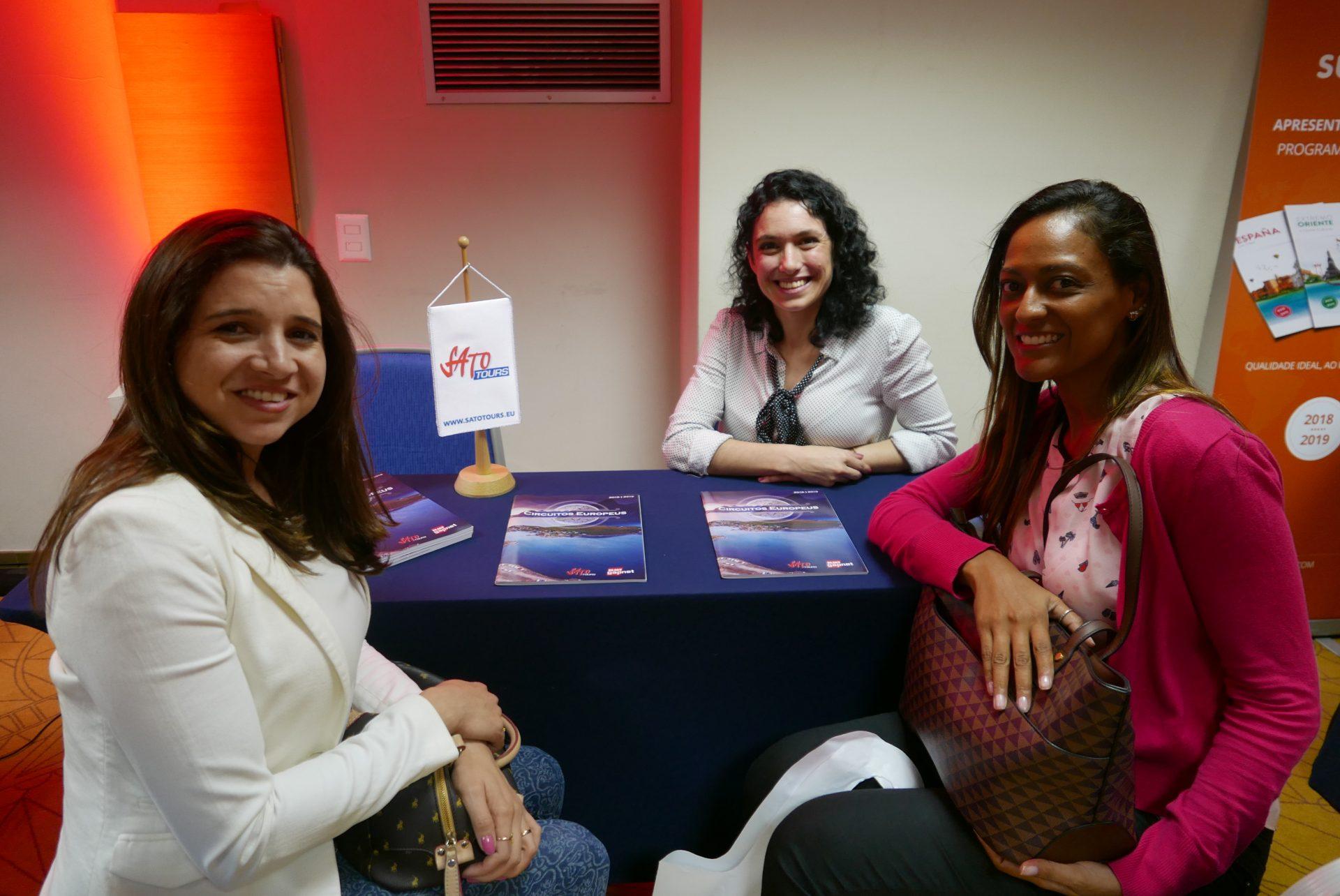 Debora Forte, da Sato Tours, apresenta seu produto a Flaviane Morgado e Anne Schnell, da RafViagens