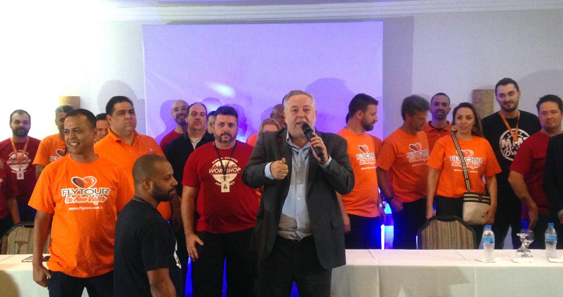 Michael Barkoczy, presidente da Flytour Viagens MMT comemora com os agentes de viagem convidados a fusão das 2 operadoras