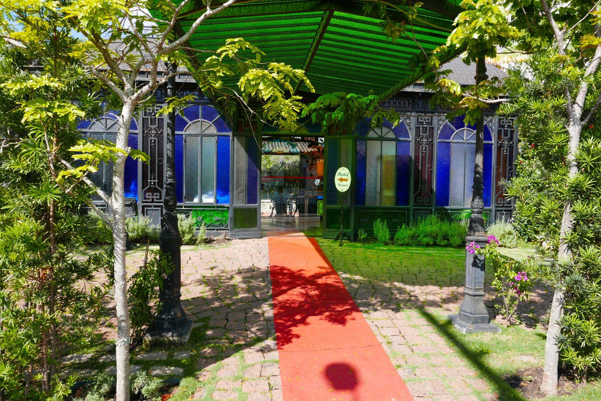 Tapete vermelho estendido para o hóspede, na entrada do Hotel Boutique Quinta das Videiras (Fotos: Claudia Tonaco)