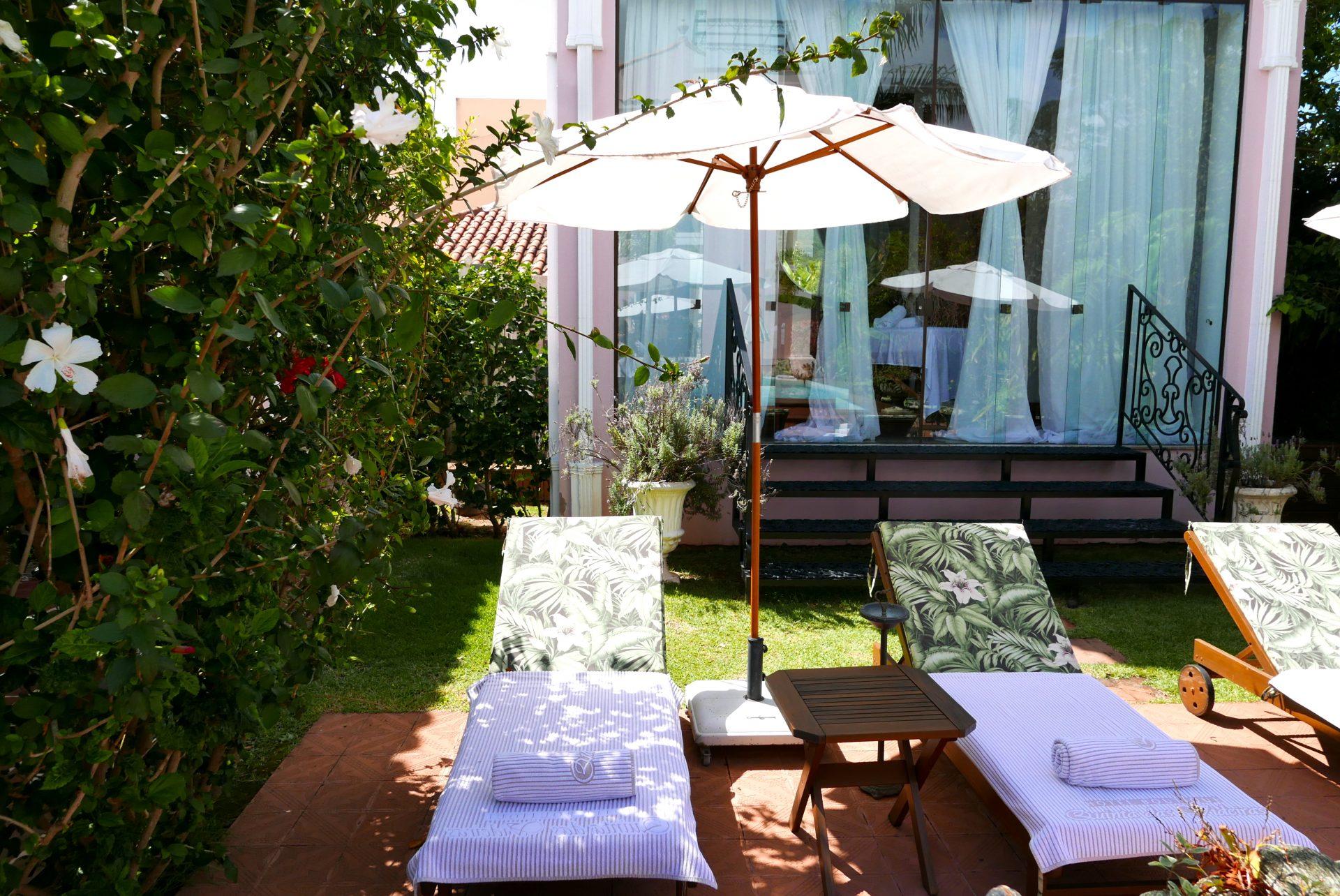 O paisagismo + as espreguiçadeiras + o spa = relaxamento imediato