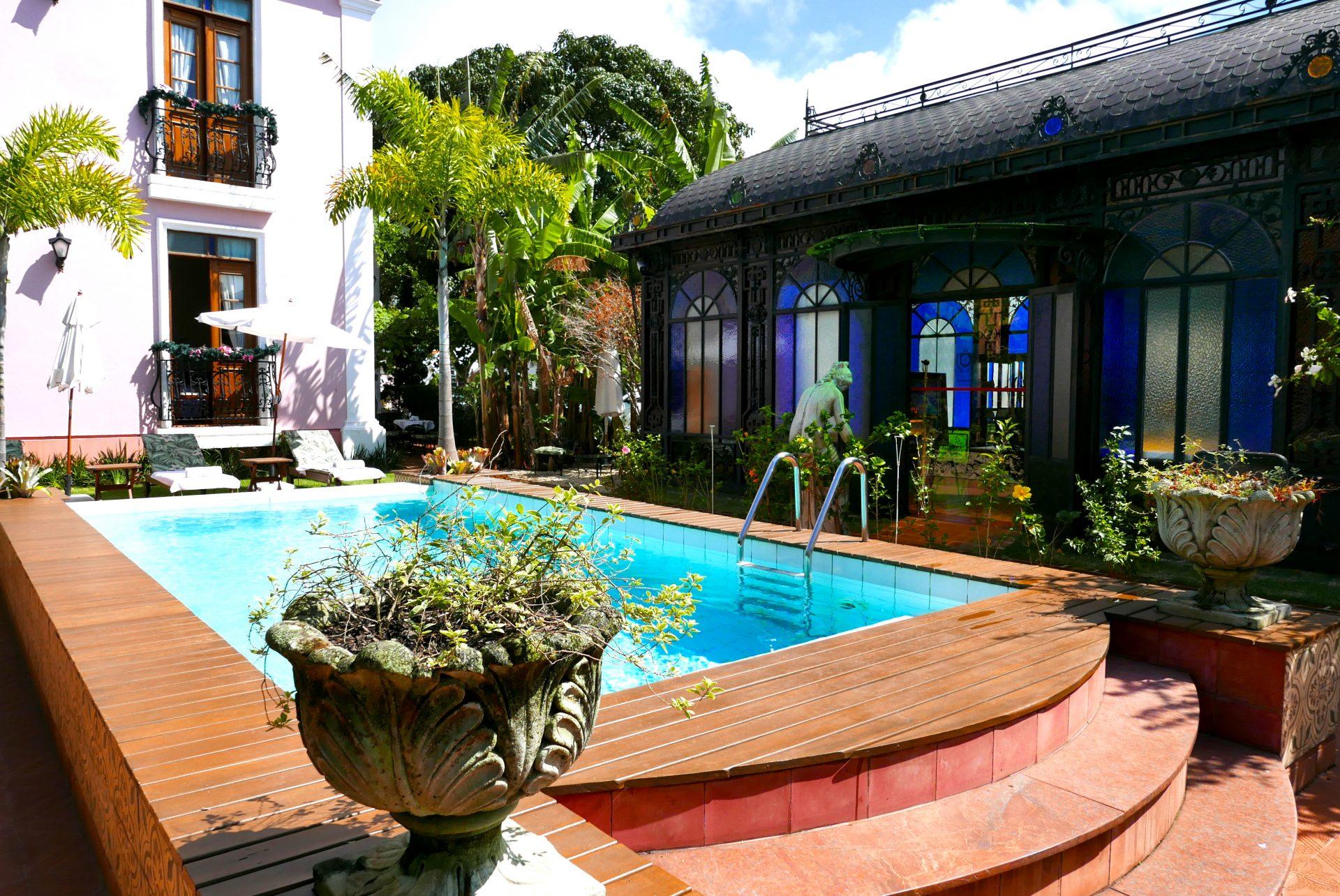 Também na piscina a decoração remete às quintas portuguesas do século 19
