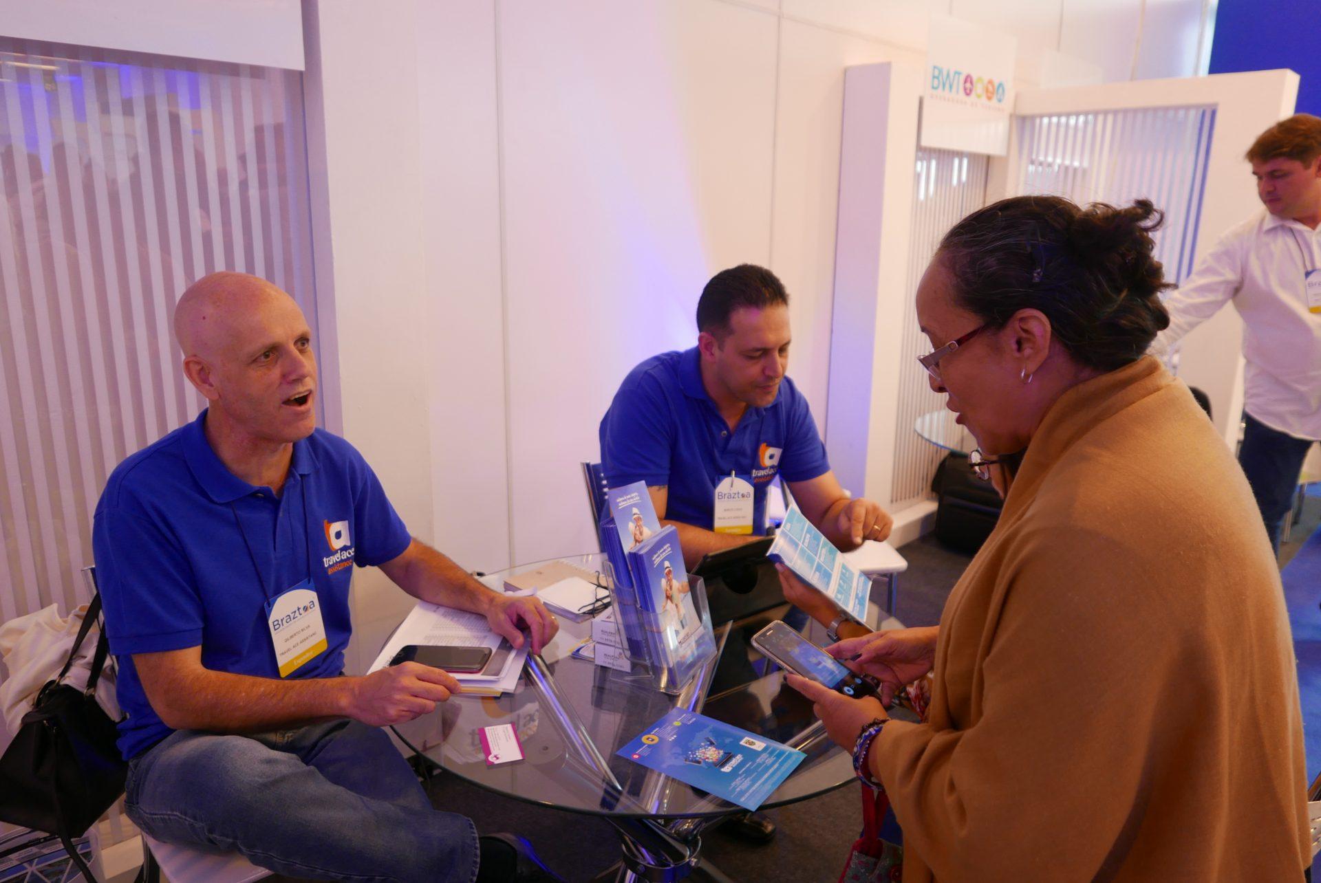 Gilberto Silva e Marco Lopes, da Travel Ace, atendem os agentes de viagem