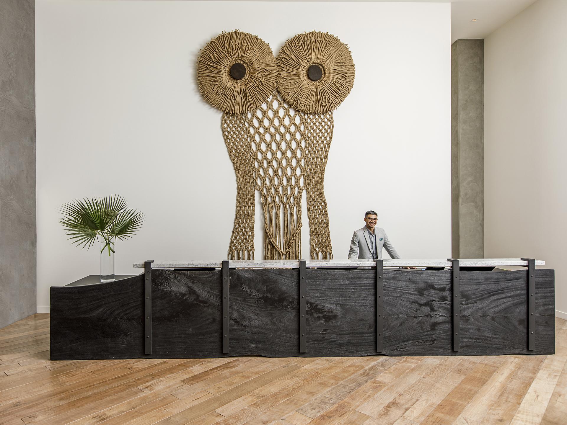 A coruja de 5 metros de altura enfeita o lobby e reforça o conceito contemporâneo e original da bandeira Kimpton
