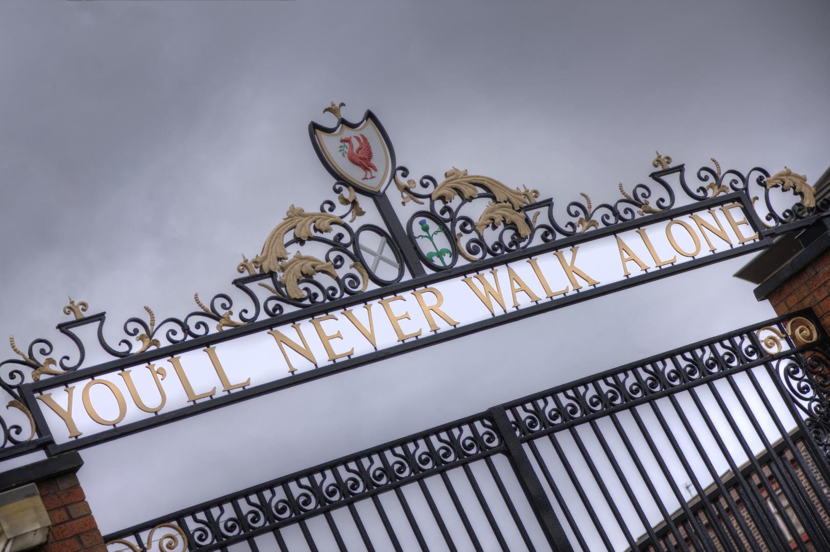 You'll Never Walk Alone = Você nunca caminha sozinho - é parte da letra do hino do Liverpool football club
