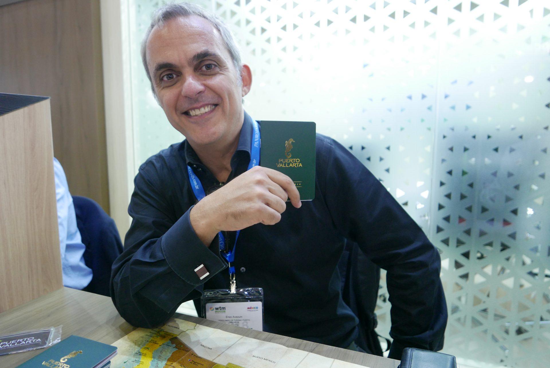 Enzo Avezum, representante dos destinos Riviera Nayarit e Puerto Vallarta, no estande do México