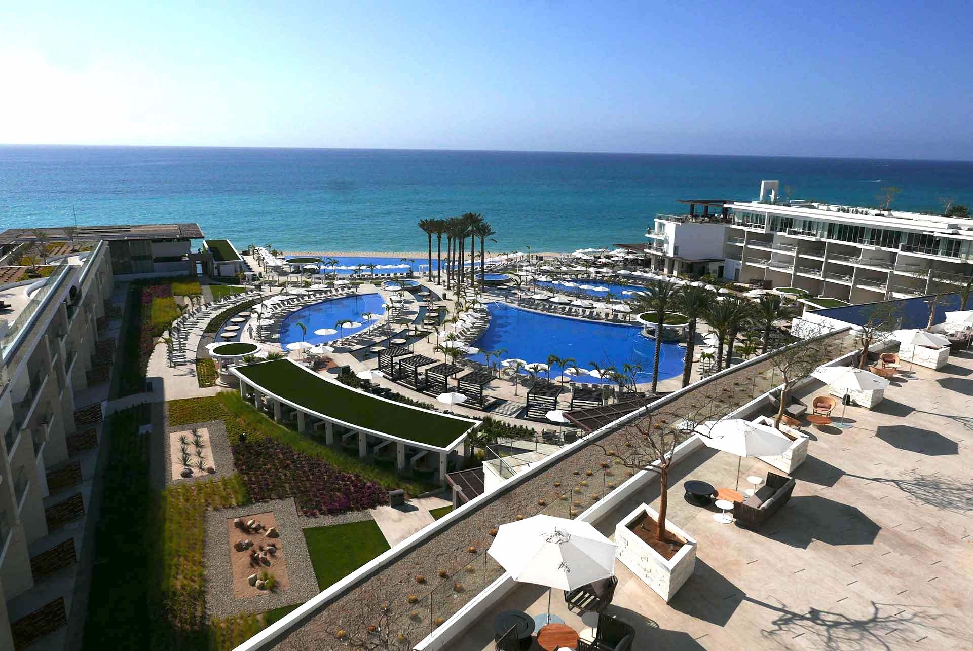 O complexo de piscinas do Le Blanc Los Cabos, resort All Inclusive de luxo, um sinônimo da sofisticação que o destino oferece