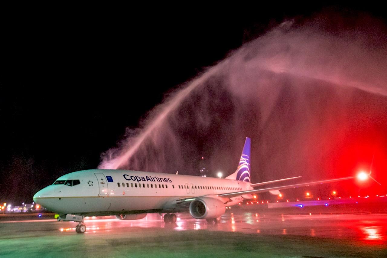 O voo da Copa Airlines aterrissa e é saudado no Aeroporto Internacional de Salvador, na Bahia