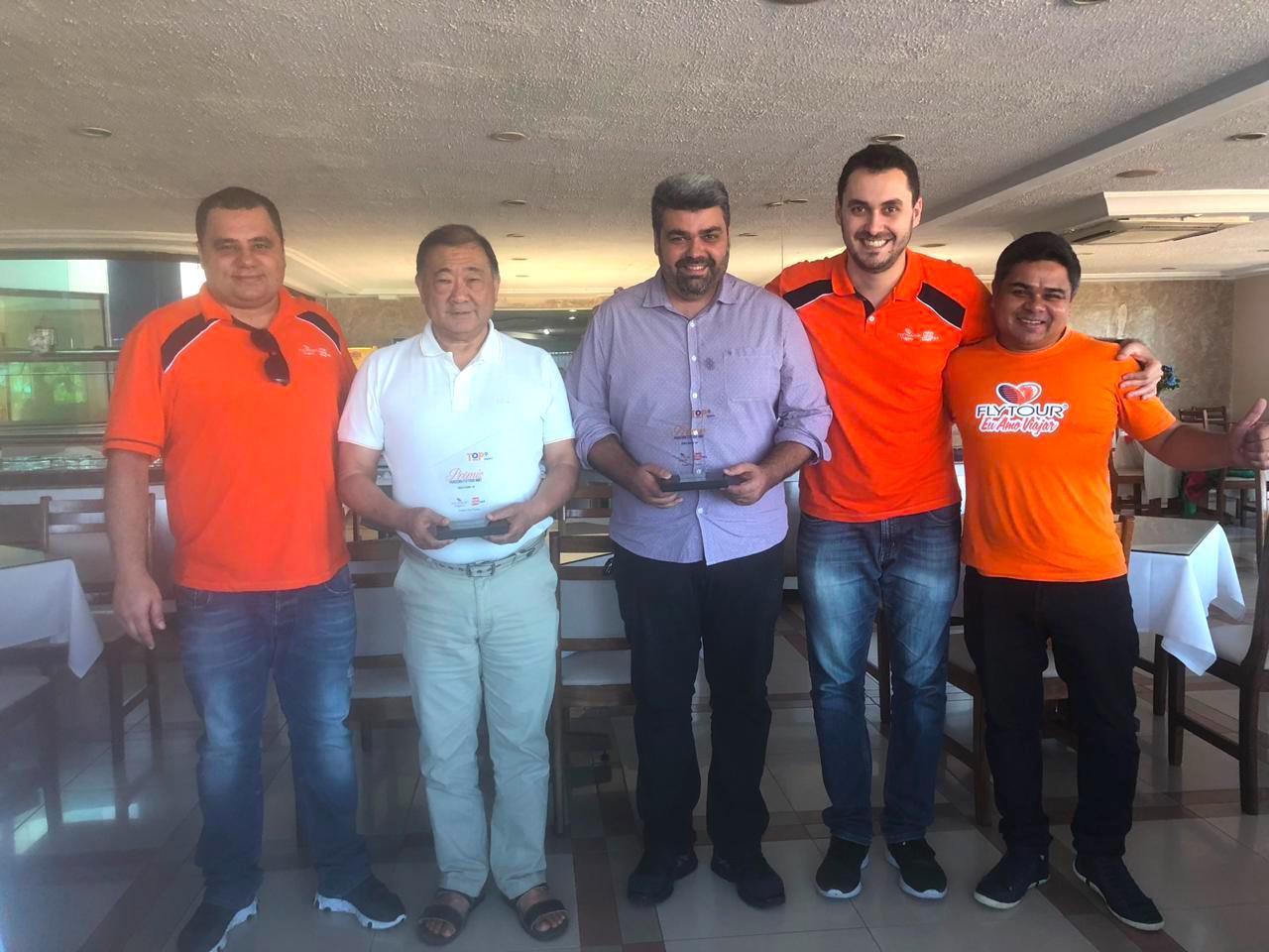 Daniel Firmino, da Flytour MMT Viagens; José Carlos Tamaki, do hotel Sued's; Richard Alves, secretário de turismo de Porto Seguro; Rafael Ortiz e Gerson Júnior