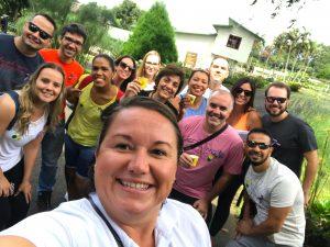 Lucía Sánchez, guia do Famtour Hello Brazil, faz uma selfie na chegada à fazenda Doka, para o tour do café
