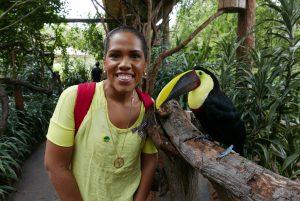 Ana Maria Leite, da Copa Airlines, ao lado do tucano, uma das celebridades do La Paz Waterfall Gardens