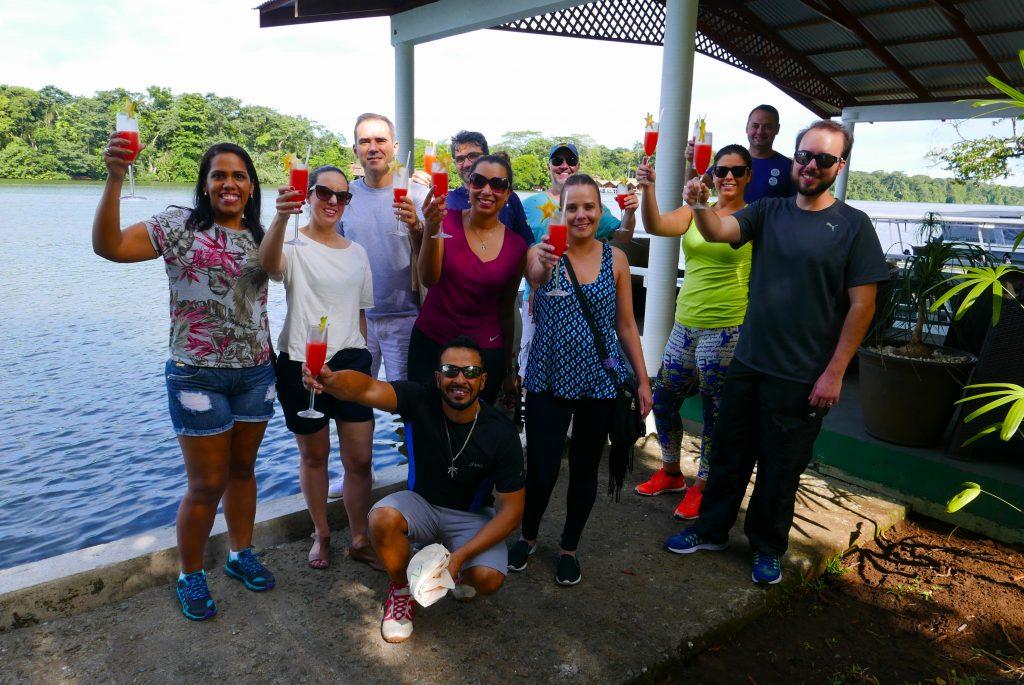 O grupo faz um brinde na chegada ao Manatus Lodge, considerao o melhor e mais completo da região do Parque Nacional de Tortuguero e...