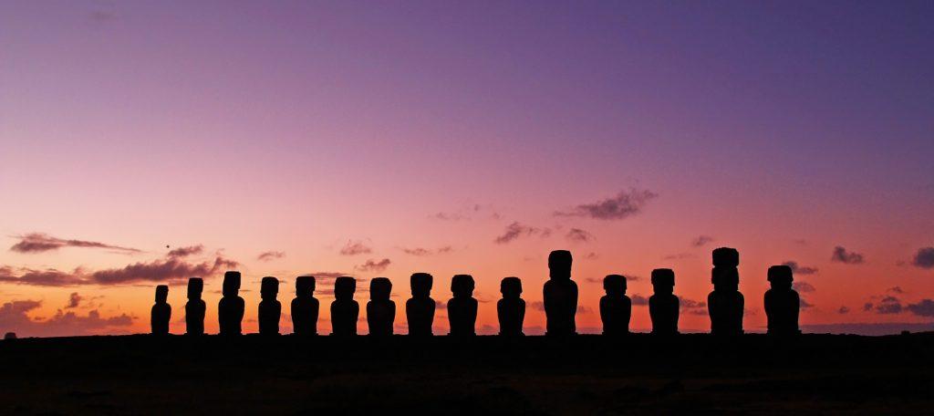 Os Moai e o por do sol na Ilha de Páscoa