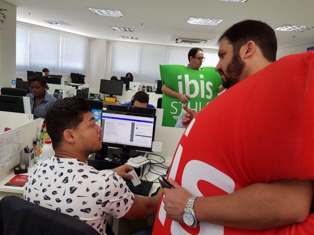 Anderson Bastos explica aos funcionários da Flytour como funcionará a comercialização dos hotéis Ibis