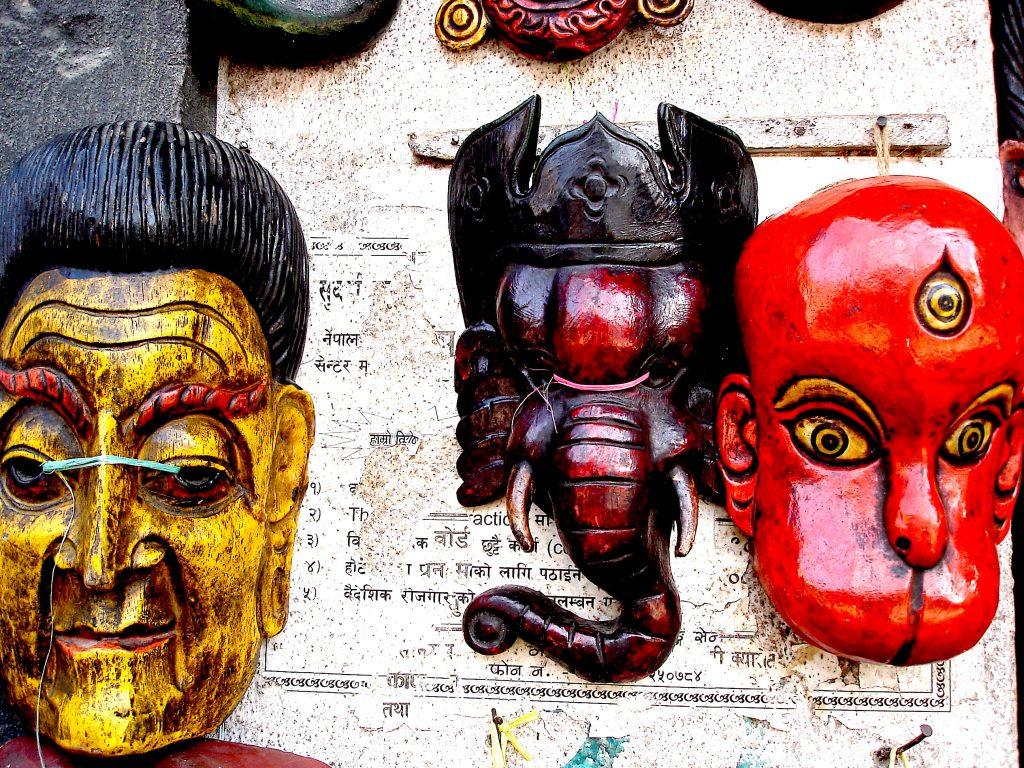 Máscaras à venda nas lojas de artesanato de Katmandu