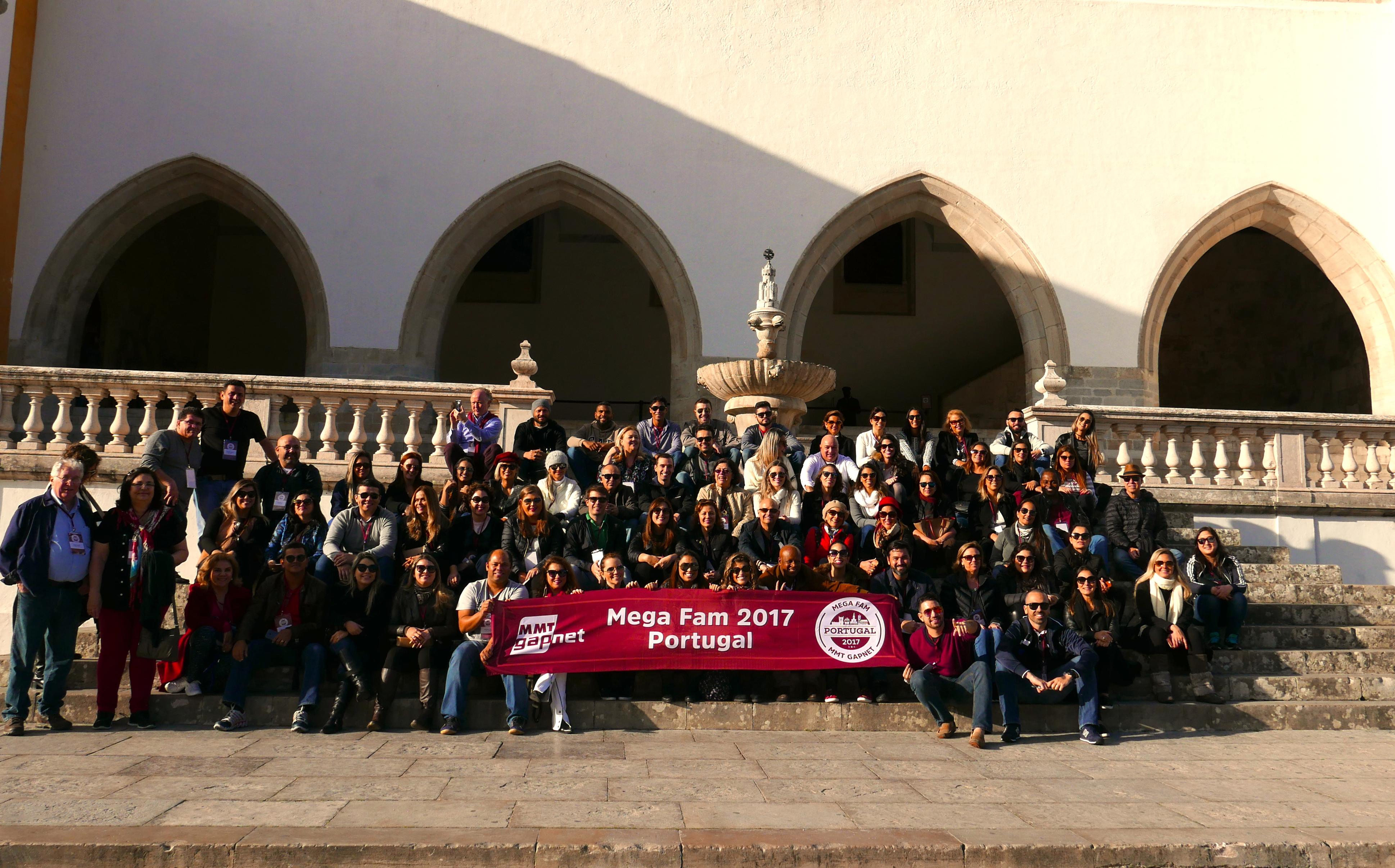 O Megafam MMTGapnet se reúne em frente ao Castelo de Sintra, para a foto oficial