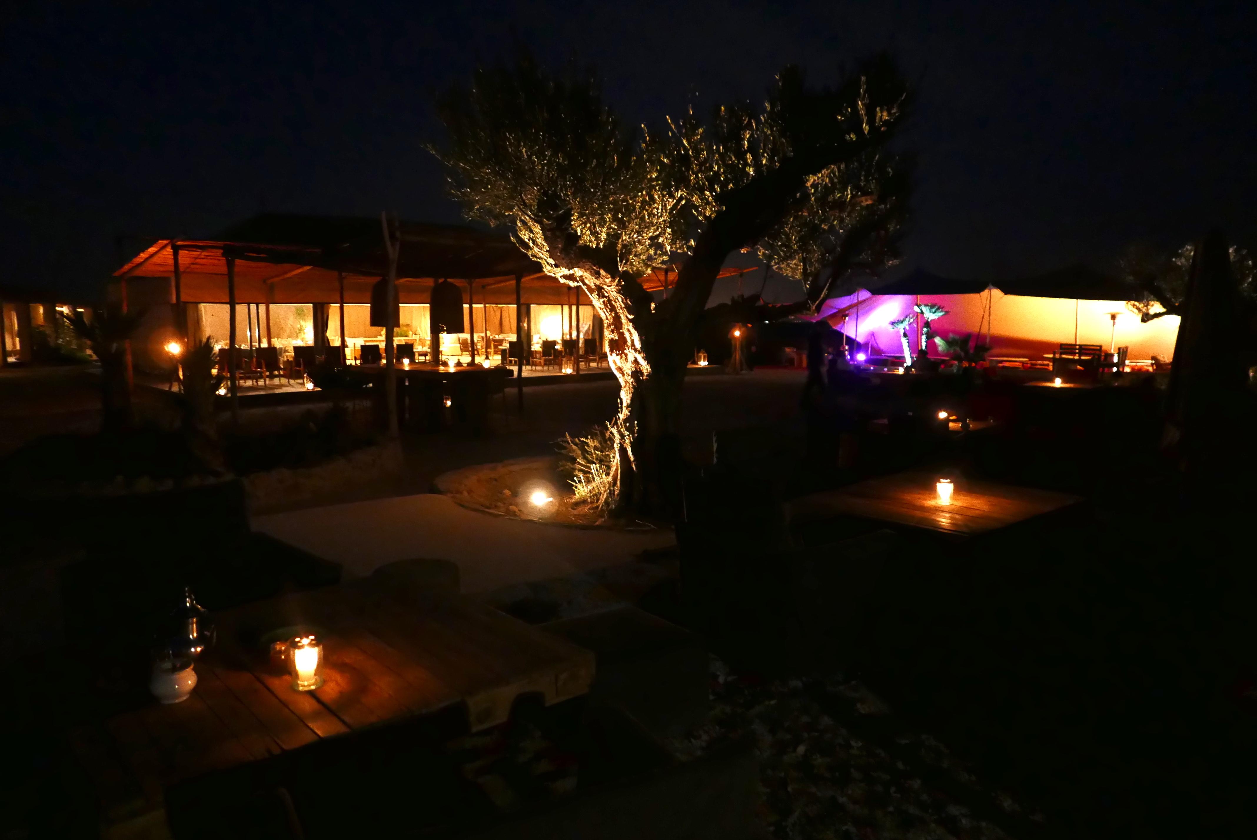 No coração do deserto, um centro de eventos oferece de jantares românticos à recepções para centenas de viajantes
