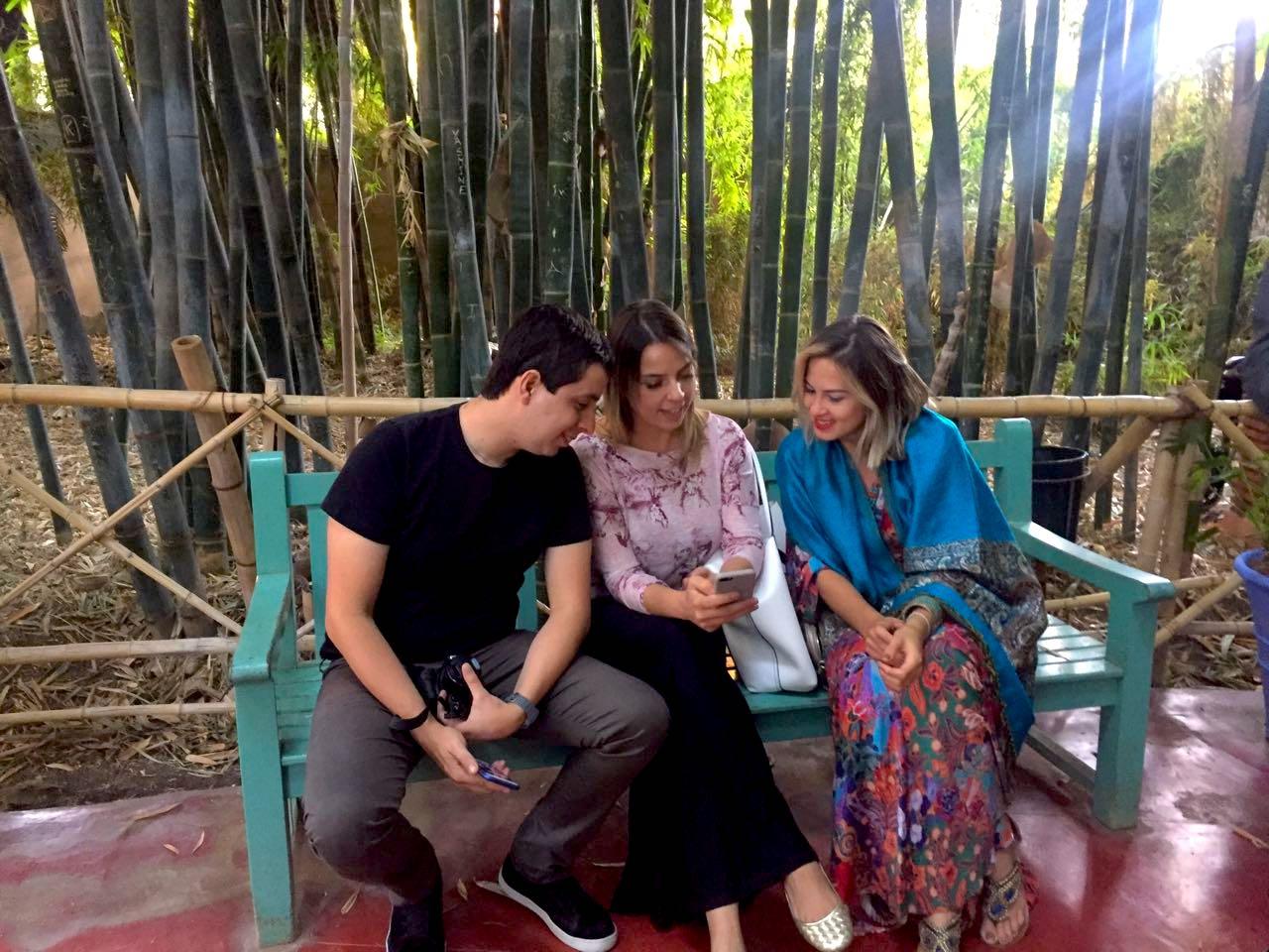 Renan Santana, Taylise Fernandes, e Camila Maciel curtem a atmosfera do jardim