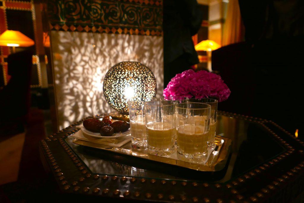 Tâmaras frescas e leite com água de flor de laranjeira = o estilo do La Mamounia dar as boas vindas ao hóspede