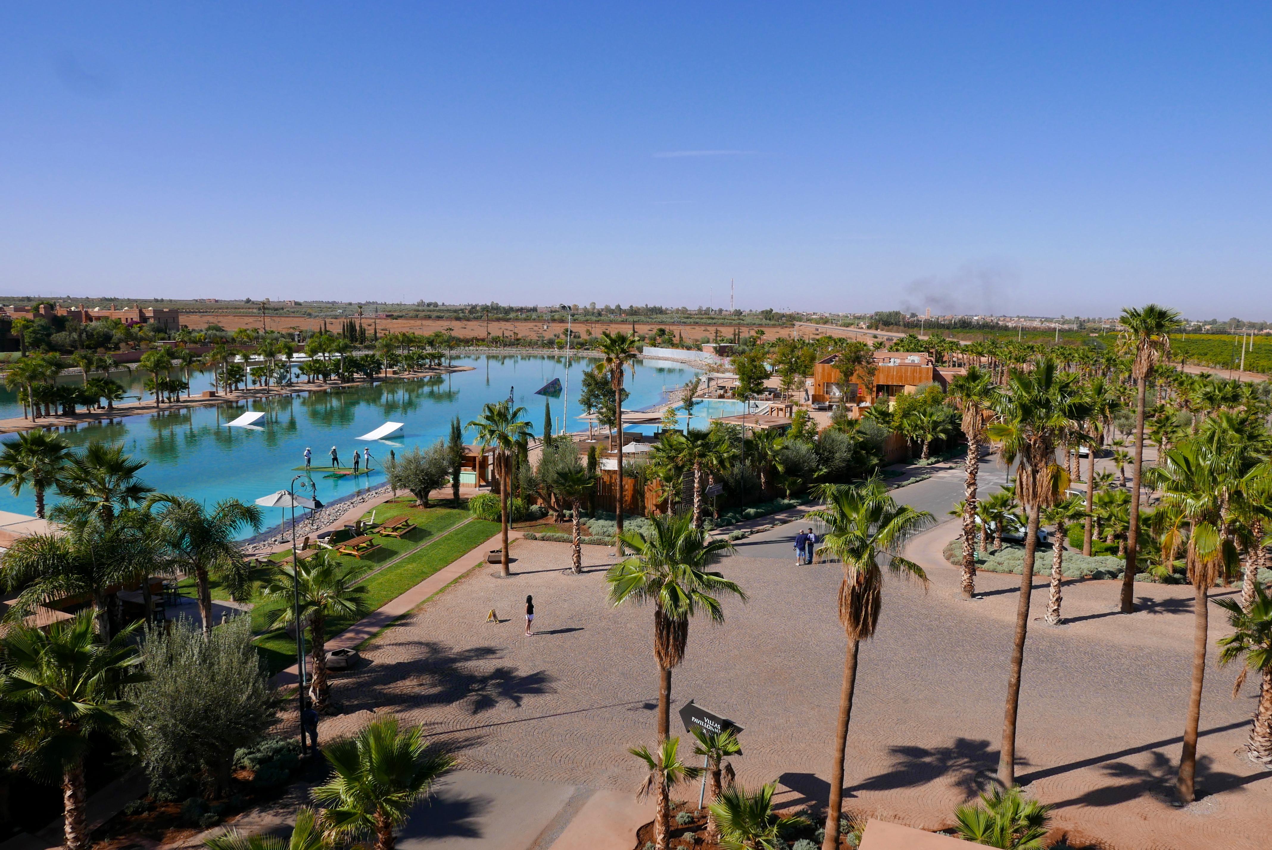 Lago artificial + piscina + restaurantes fazem parte do complexo esportivo que ainda inclui um condomínio residencial