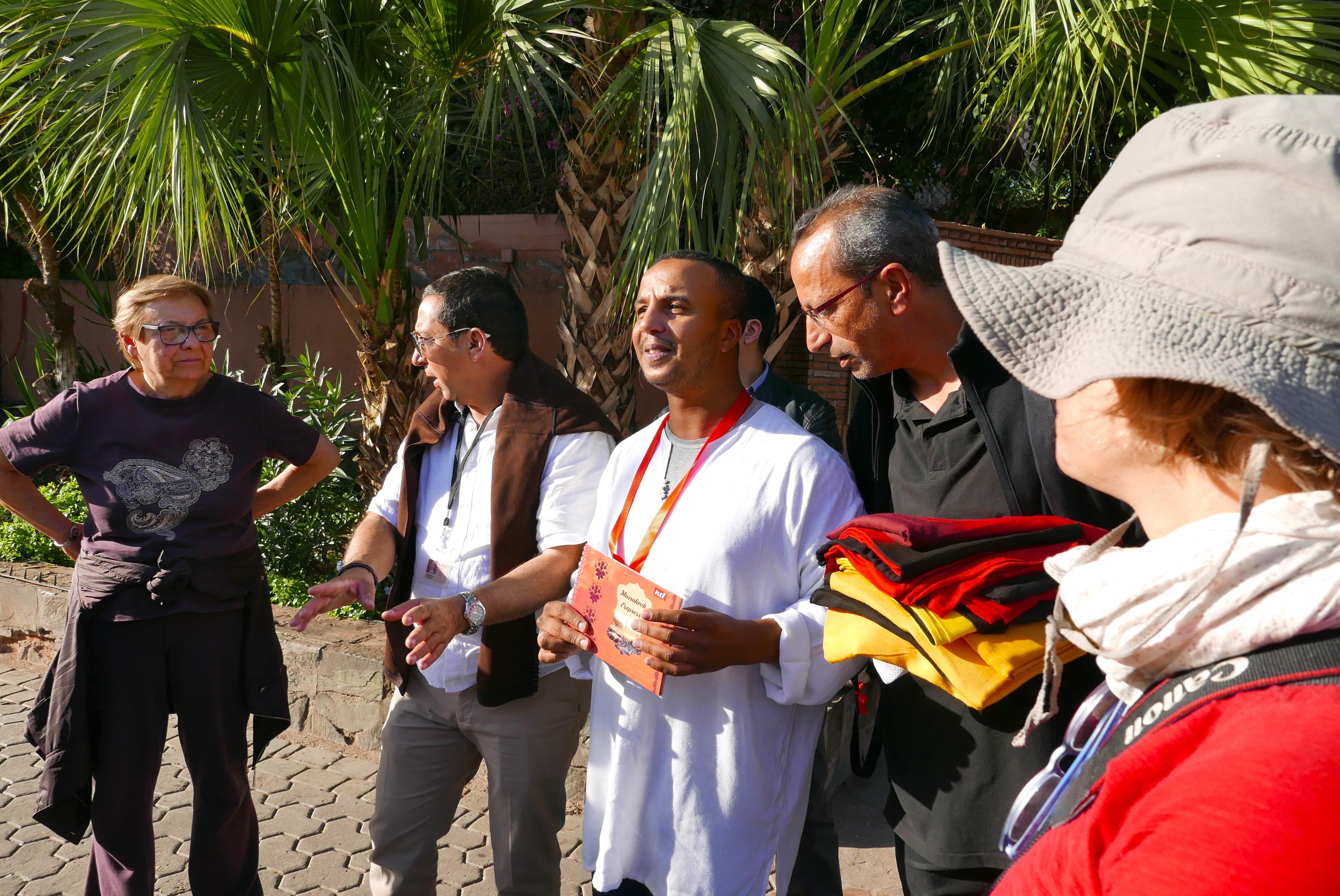 De volta à Medina, os participantes do famtour ouvem as regras da gincana que os conduzirá, de uma maneira muito divertida, ao coração do Souk