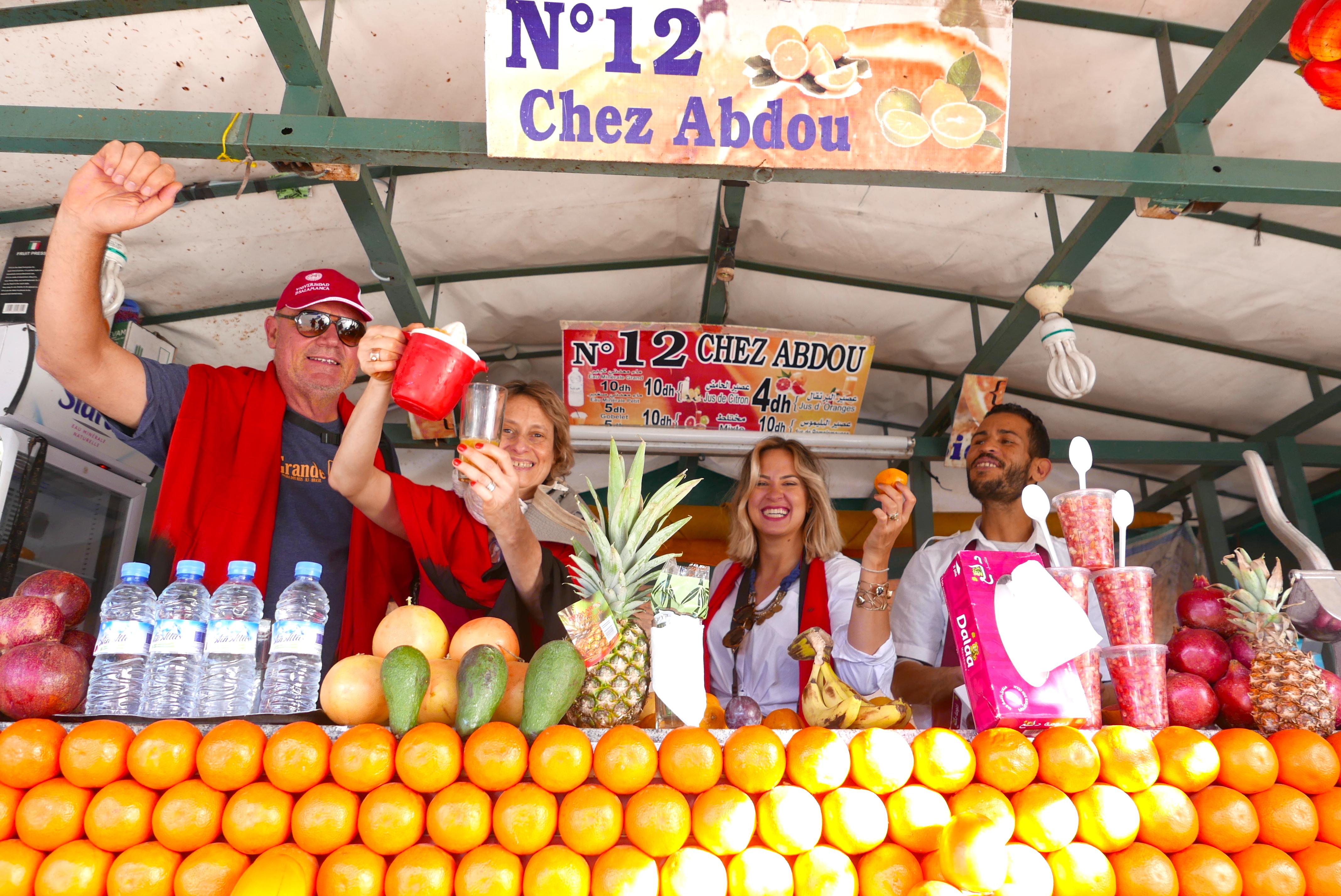 Encontrar a barraca 12 - Chez Abdou, entrar e espremer 10 laranjas...