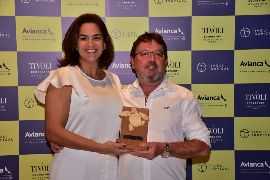 Paulo Testa, da Interpool Operadora, com Camila Azevedo, gerente regional de vendas