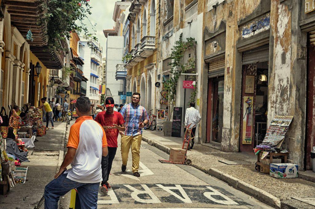 Turistas e vendedores dividem espaço na charmosa Calle Roman.